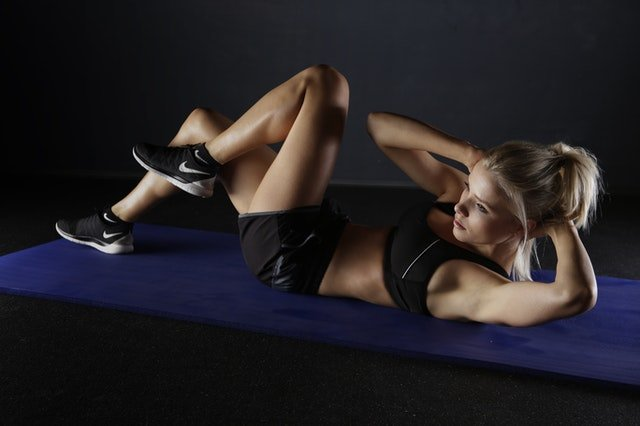 woman doing side crunch exercise